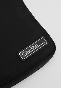 Calvin Klein - PRIMARY MINI FLAT CROSSOVER - Sac bandoulière - black - 2