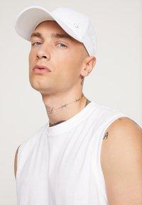 Calvin Klein - METAL - Keps - white - 1
