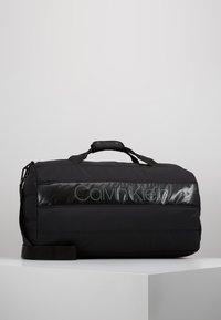 Calvin Klein - PUFFER GYM DUFFLE - Resväska - black - 0