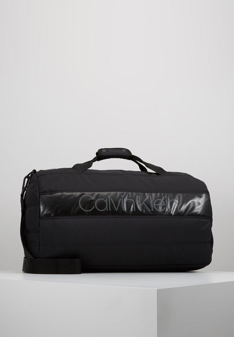 Calvin Klein - PUFFER GYM DUFFLE - Cestovní taška - black