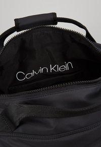 Calvin Klein - PUFFER GYM DUFFLE - Resväska - black - 4