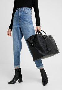 Calvin Klein - INDUSTRIAL MONO WEEKENDER - Torba weekendowa - black - 1