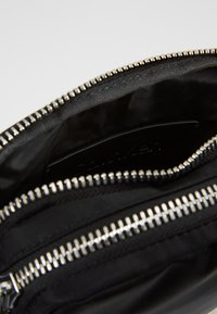 Calvin Klein - PRIMARY MINI REPORTER - Skulderveske - black - 4