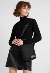 Calvin Klein - PRIMARY MINI REPORTER - Skulderveske - black - 5