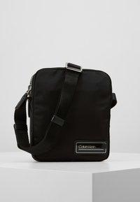 Calvin Klein - PRIMARY MINI REPORTER - Skulderveske - black - 0
