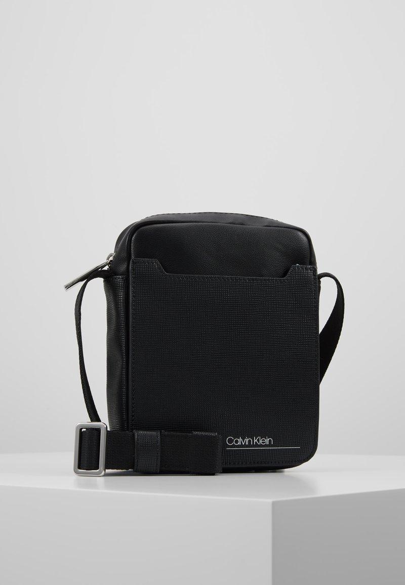 Calvin Klein - SLIVERED MINI REPORTER - Axelremsväska - black