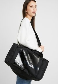 Calvin Klein - LAYERED GYM BAG - Sportväska - black
