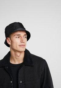 Calvin Klein - PRIMARY BUCKET HAT - Hat - black - 1