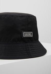 Calvin Klein - PRIMARY BUCKET HAT - Hat - black - 6