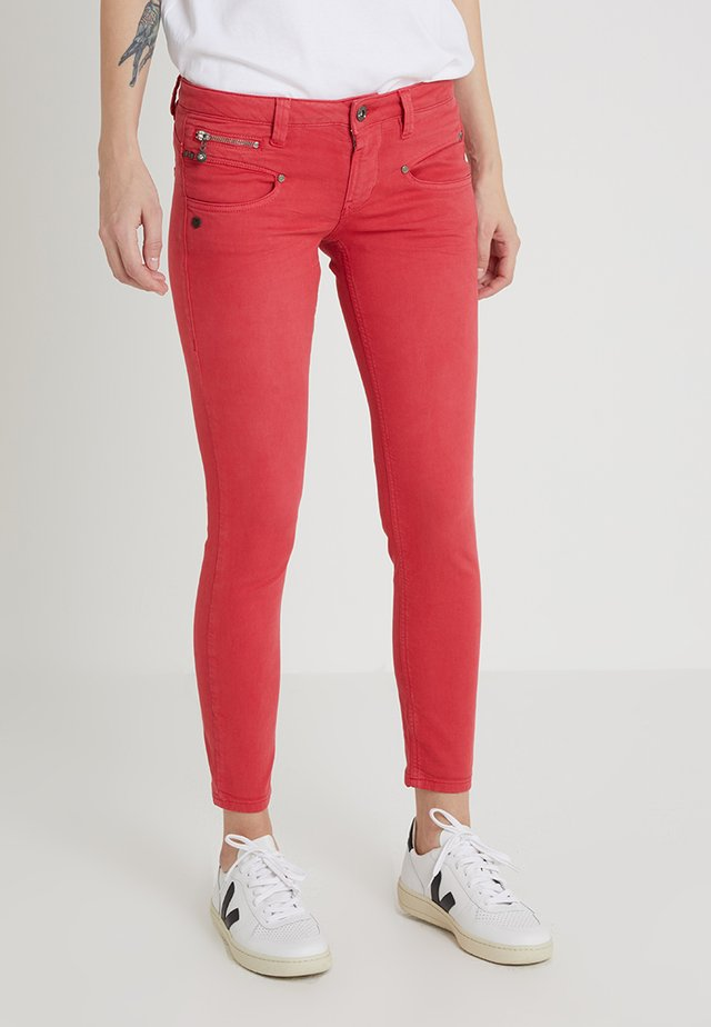 ALEXA CROPPED - Jeans Slim Fit - red