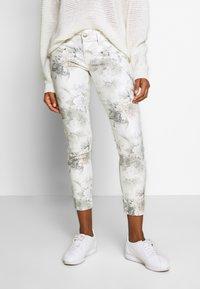 Freeman T. Porter - ALEXA CROPPED PEONY - Pantalon classique - off-white/grey - 0