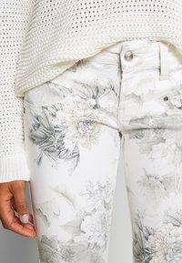 Freeman T. Porter - ALEXA CROPPED PEONY - Pantalon classique - off-white/grey - 3