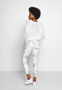 Freeman T. Porter - ALEXA CROPPED PEONY - Pantalon classique - off-white/grey - 2