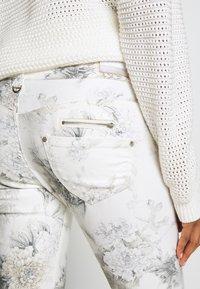 Freeman T. Porter - ALEXA CROPPED PEONY - Pantalon classique - off-white/grey - 5