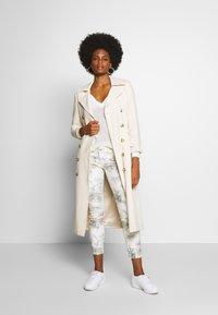 Freeman T. Porter - ALEXA CROPPED PEONY - Pantalon classique - off-white/grey - 1