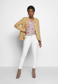 Freeman T. Porter - ALEXA HIGH WAIST CROPPED NEW MAGIC  - Kalhoty - bright white - 1