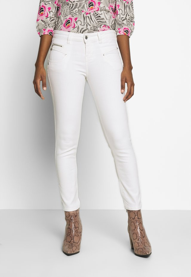 ALEXA HIGH WAIST CROPPED NEW MAGIC  - Pantalon classique - bright white