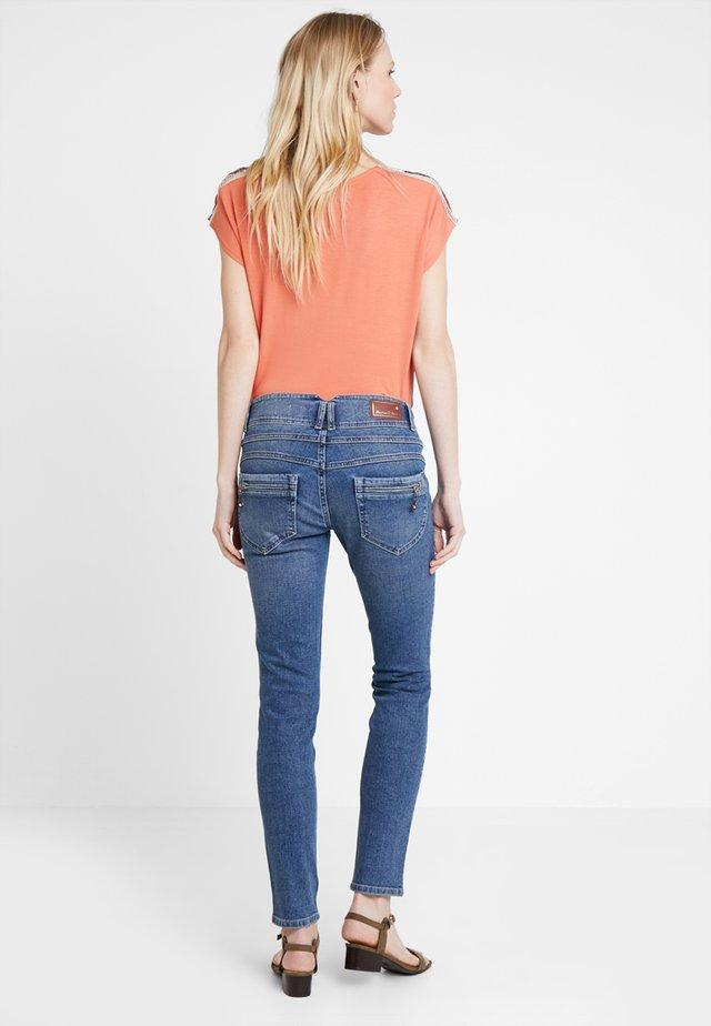 COREENA - Jeans Slim Fit - malesta