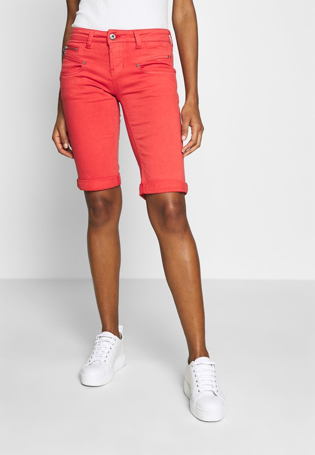 BELIXA NEW MAGIC - Short en jean - high risk red