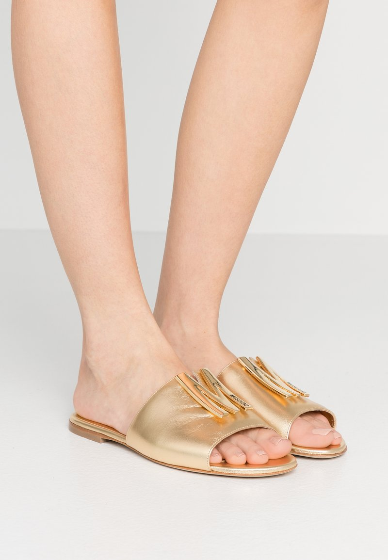 MOSCHINO - Pantofle - oro