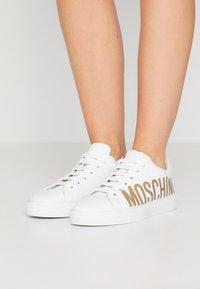 MOSCHINO - Matalavartiset tennarit - bianco - 0