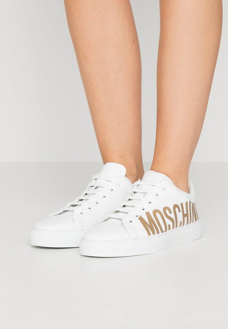 MOSCHINO - Matalavartiset tennarit - bianco