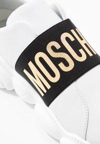 MOSCHINO - Slippers - bianco - 2