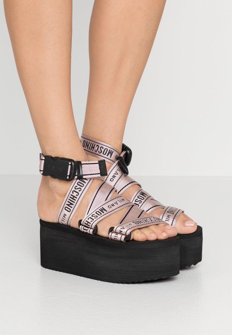 MOSCHINO - Sandály na platformě - rosa
