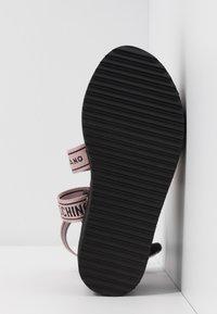 MOSCHINO - Sandály na platformě - rosa - 6