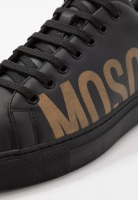 MOSCHINO - Sneakers basse - black/gold - 5