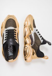 MOSCHINO - Sneakers basse - black/white/gold - 1