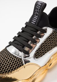 MOSCHINO - Sneakers basse - black/white/gold - 5