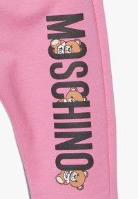 MOSCHINO - Teplákové kalhoty - dark pink - 3