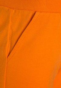 MOSCHINO - TANK SET - Verryttelyhousut - optic white/orange - 3