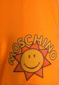 MOSCHINO - TANK SET - Verryttelyhousut - optic white/orange - 5