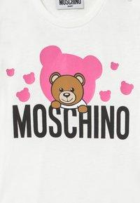 MOSCHINO - MAXI - Triko spotiskem - cloud/rose - 3