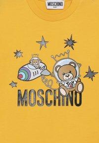 MOSCHINO - Topper langermet - dark yellow - 4