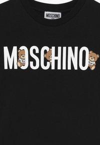MOSCHINO - T-shirt imprimé - black - 3