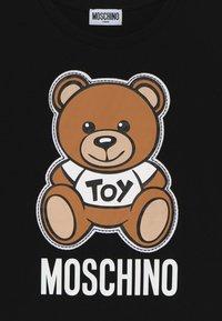 MOSCHINO - MAXI  - T-shirt imprimé - black - 3