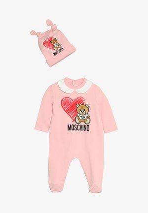 BABYGROW AND HAT GIFT SET - Babygrow - sugar rose