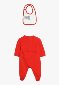 MOSCHINO - BABYGROW AND BIB GIFT SET - Jumpsuit - poppy red - 1