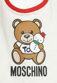 MOSCHINO - BABYGROW AND BIB GIFT SET - Jumpsuit - poppy red - 3