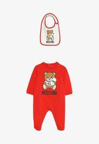MOSCHINO - BABYGROW AND BIB GIFT SET - Jumpsuit - poppy red - 2