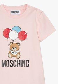 MOSCHINO - ROMPER HAT GIFT SET - Čepice - sugar rose - 2