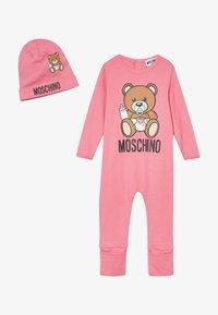 MOSCHINO - BABYGROW & HAT SET - Čepice - dark pink - 3