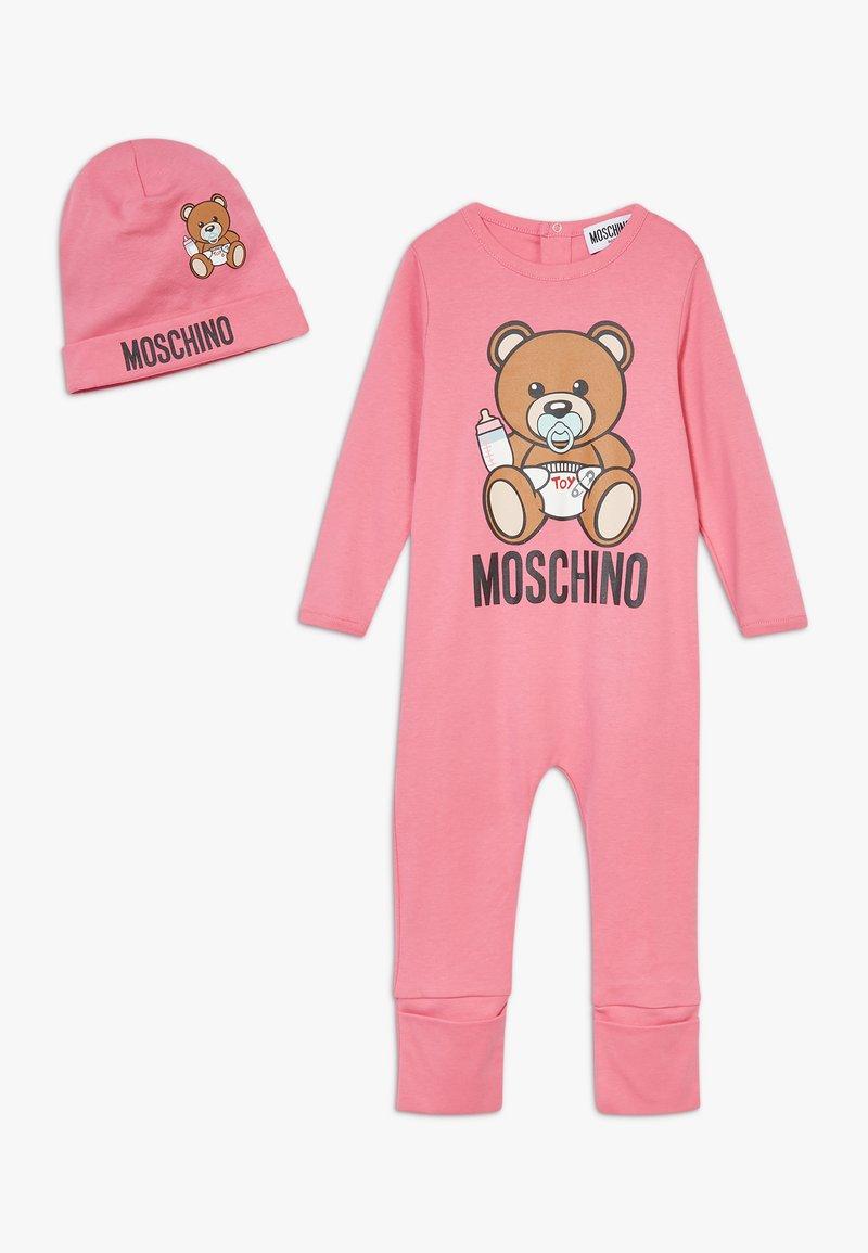 MOSCHINO - BABYGROW & HAT SET - Čepice - dark pink