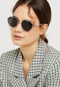 Polaroid - Sluneční brýle - silver-coloured/black - 1