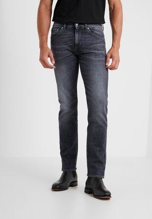 KAYDEN HARLINGEN - Straight leg jeans - grey