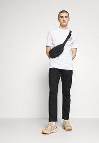 Santa Cruz - SANTA CRUZ UNISEX MOON DOT - T-Shirt print - white - 1