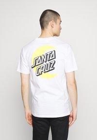 Santa Cruz - SANTA CRUZ UNISEX MOON DOT - T-Shirt print - white - 2